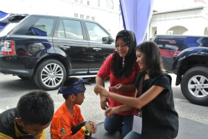 Kids learn to tie the tengkolok