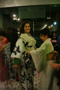 While some volunteers learned to drink tea, others learnt to tie the yukata.